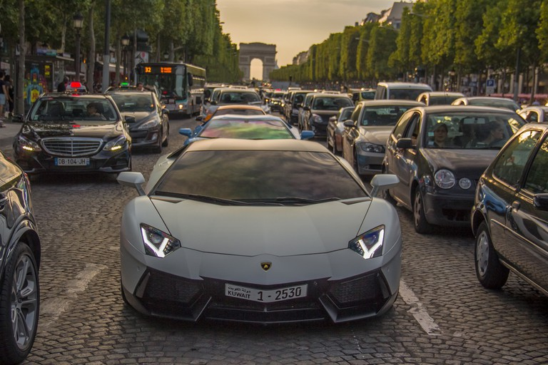 Sports car stuck in traffic on the Champs-Élysées │© Ben