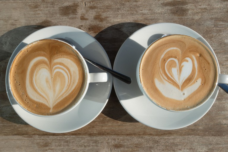 Two coffees with cream love hearts │© stux