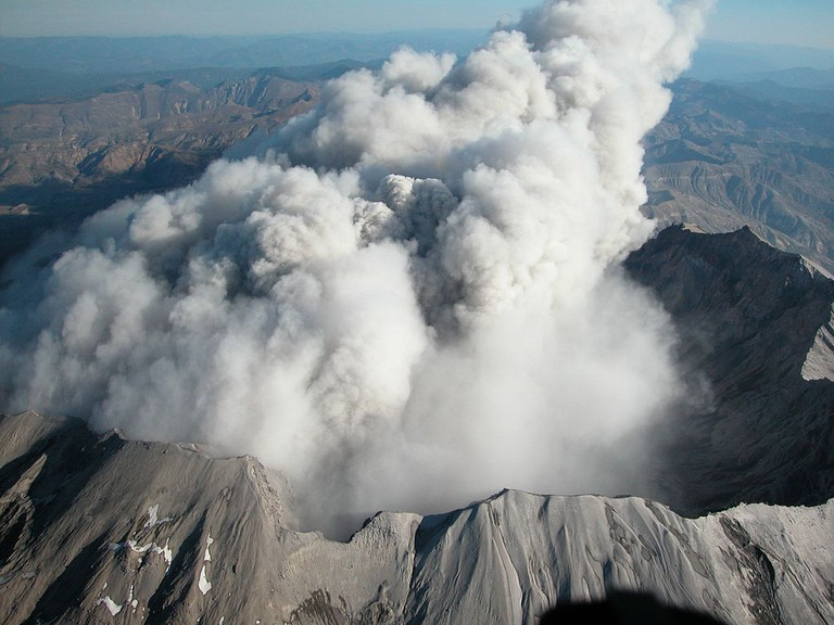 Mt St Helens steaming October 2004 | Public Domain/Wikicommons