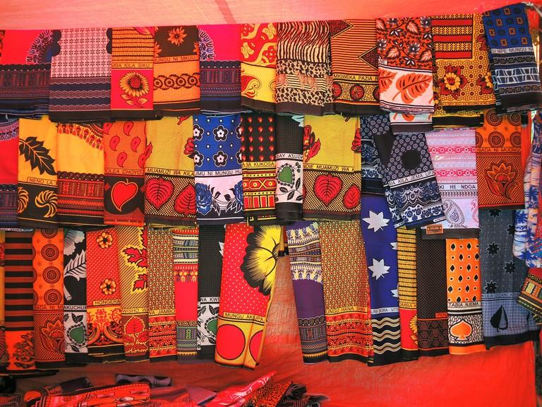 Vibrantly colored khangas © Güldem Üstün/Flickr