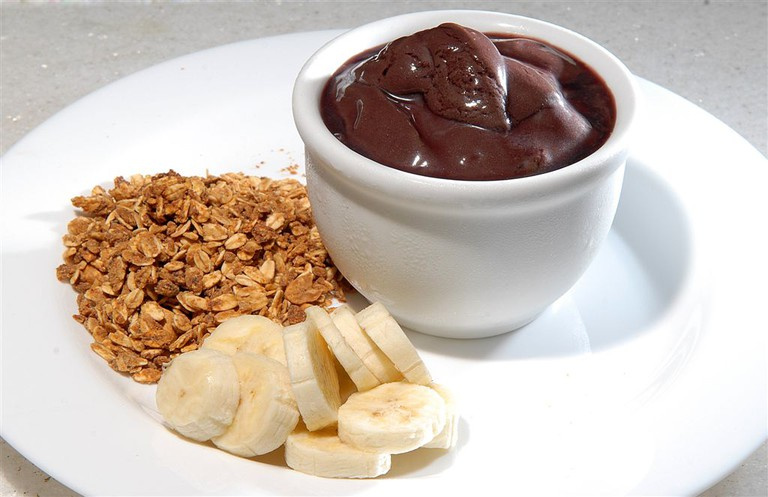 Açaí with banana and granola