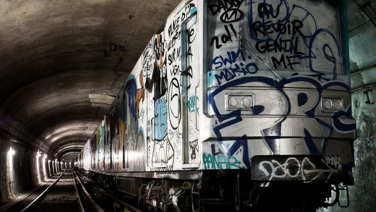 An abandoned train in the Paris Metro │© ビッグアップジャパン