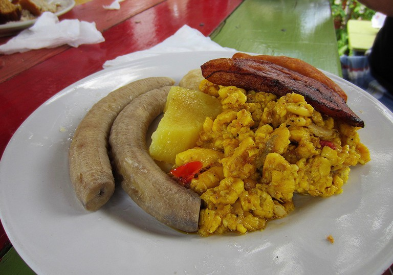 Matt's breakfast: saltfish and ackee, green bananas, Irish potato, fried plantain, dumpling | © Jenni Konrad/Flickr