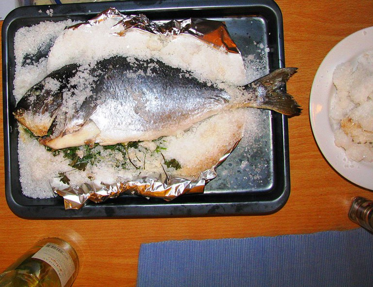 Dorada a la sal | ©JonShave https://commons.wikimedia.org/wiki/File%3AOrata_nel_sale_marino_-Wolfsbarsch_im_Meeresalz_-_Sea_bass_in_sea_salt.jpg