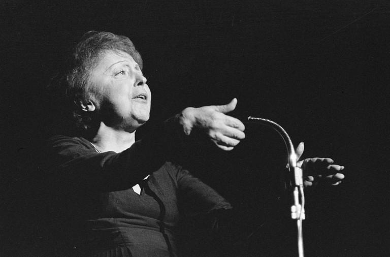 Edith Piaf performing on December 13th, 1962, in Rotterdam │© Nationaal Archief, Den Haag, Rijksfotoarchief