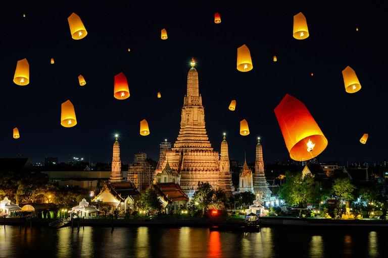 Wat arun under loy krathong day, Thailand