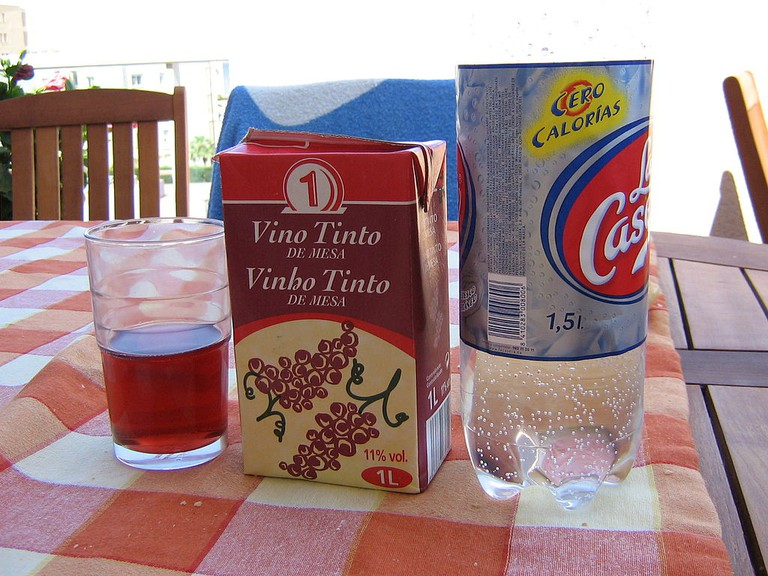 Tinto de Verano | ©sporras [CC BY-SA 2.0 (http://creativecommons.org/licenses/by-sa/2.0)], via Wikimedia Commons