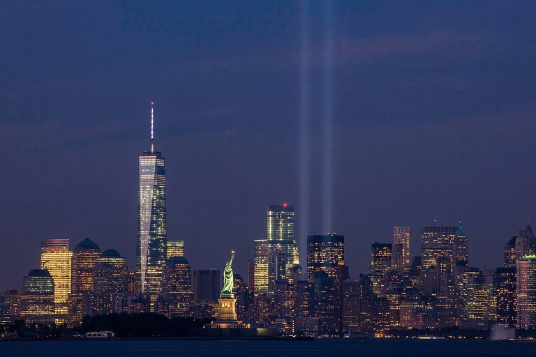 The Tribute in Light in 2014, taken from Bayonne, New Jersey. / © Anthony Quintano/WikiCommons