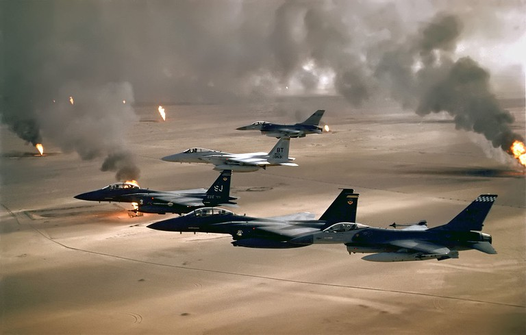 USAF aircraft of the 4th Fighter Wing (F-16, F-15C and F-15E) fly over Kuwaiti oil fires, set by the retreating Iraqi army during Operation Desert Storm in 1991 / © US Air Force/WikiCommons