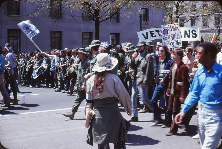 Anti-war protest against the Vietnam War in Washington, D.C. on April 24, 1971 – at the corner of Pennsylvania Avenue and 10th Street NW. Posters saying Veterans and WAR SHITS – OUT NOW / © Leena A Krohn/WikiCommons