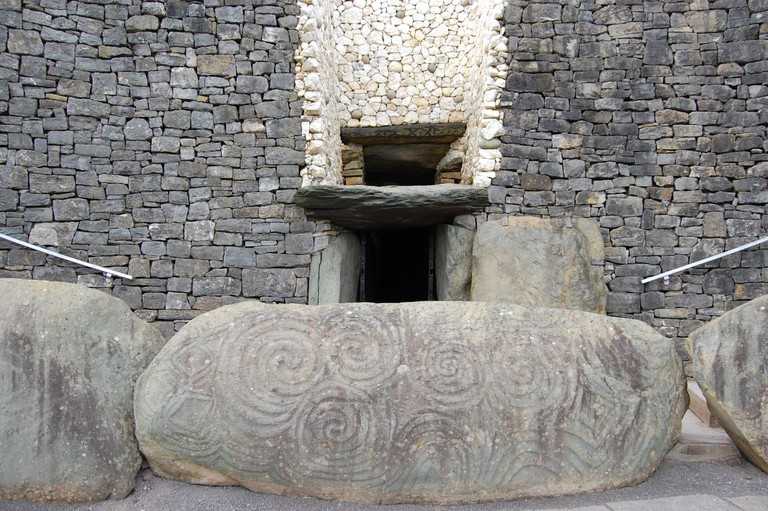 The entrance to Newgrange and the roofbox | © bea & txema & alan/Flickr