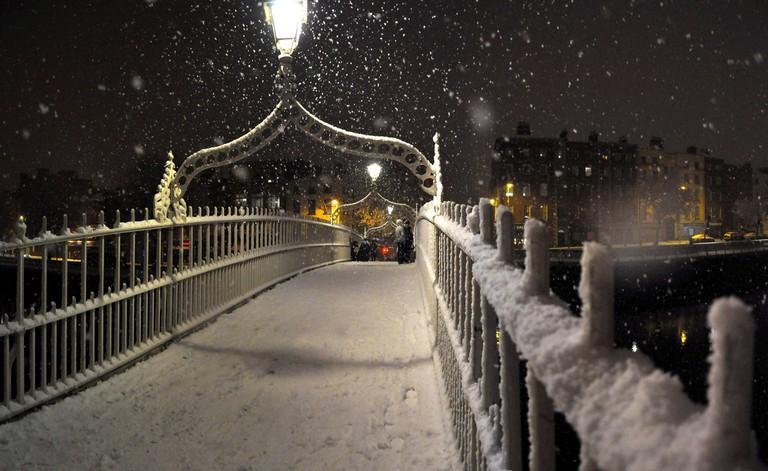 Snow on the Ha'penny Bridge in Dublin, November 2010 | © Motorito/Flickr