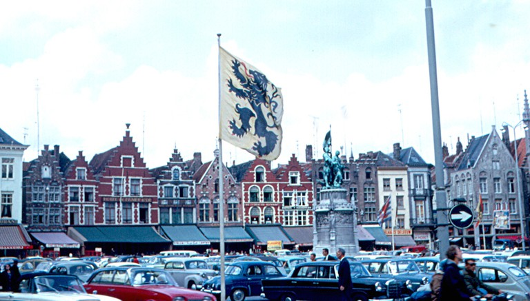 Bruges' main square filled with cars, an unthinkable sight today | © Roger W/Flickr
