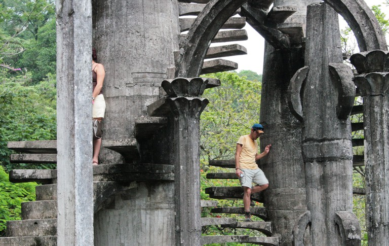 Visitors exploring Las Pozas | © Carlos Adampol Galindo/Flickr
