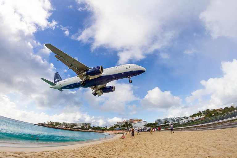Plane landing over Maho Beach on Saint-Martin │© Chris Favero
