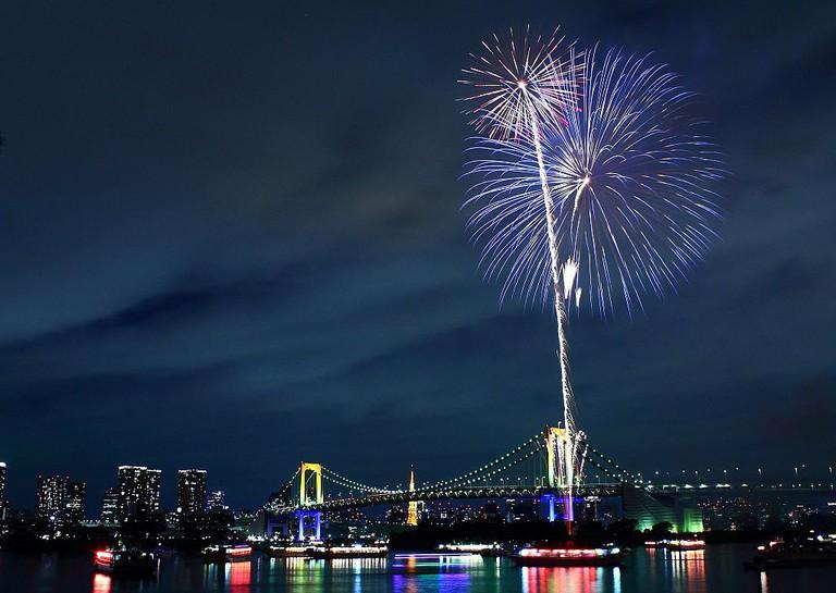 Fireworks over Rainbow Bridge, Tokyo | © Kakidai/WikiCommons