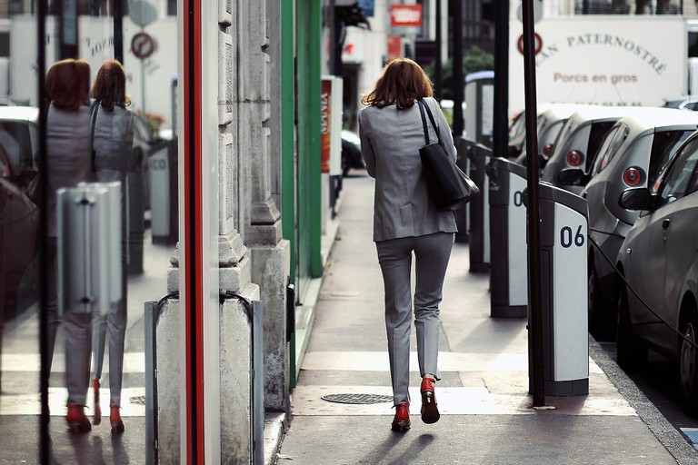 Woman walking down the street in Paris │© Anders Lejczak