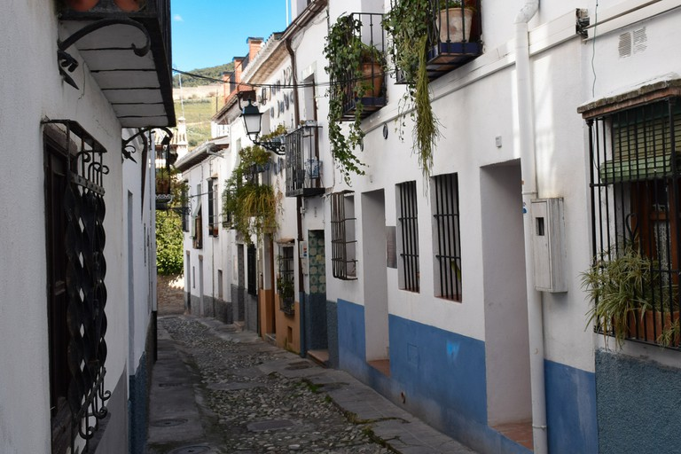 A narrow, cobbled street in the old Arabic quarter of Granada; Andersen Pecorene, flickr
