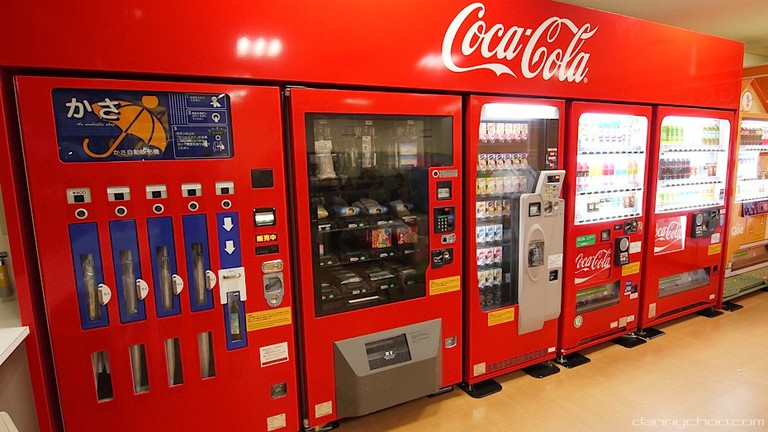 Coca-Cola vending machines selling umbrellas, snacks and refreshments | © Danny Choo / Flickr