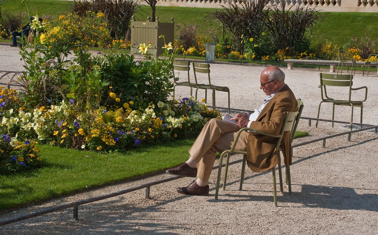 A beautiful day for reading in the Luxembourg Garden │© Phillip Capper