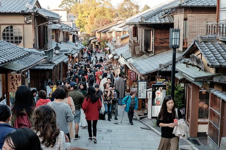 Crowds walk through Sannen-zaka and Ninen-zaka