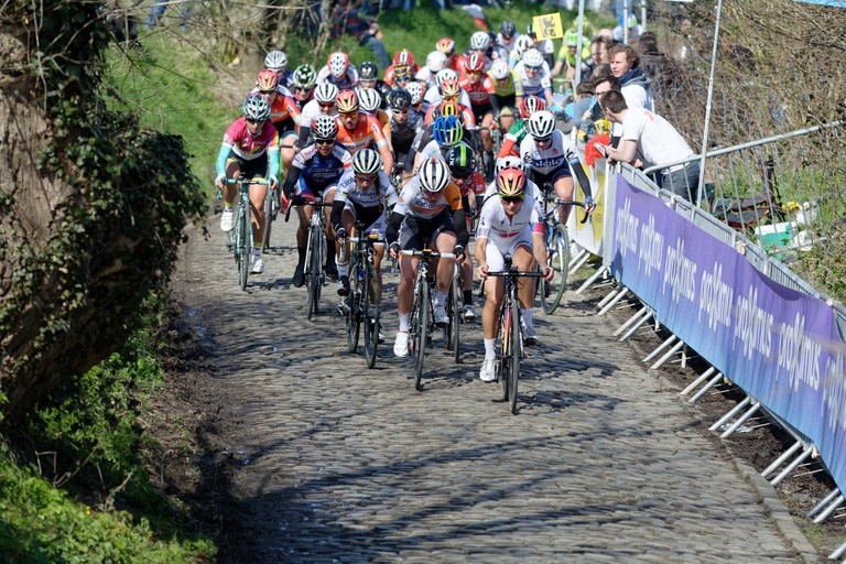 The pro peloton tackling the iconic Oude Kwaremont hill | © youkeys / Flickr