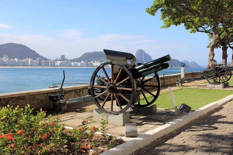 The gardens and view at Copacabana Fort |© Halley Pacheco de Oliveira/WikiCommons
