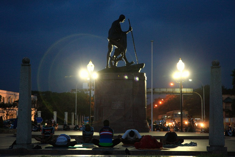 Early morning yoga by the Ghandi statue on Chennai Marina Beach | © Vinoth Chandar / Flickr