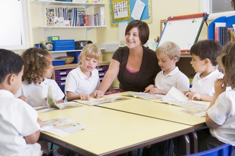 Teacher with children |© Ilmicrofono Oggiono/Flickr