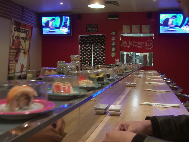 Kaiten sushi with sneeze guard protection | © Alpha / Flickr