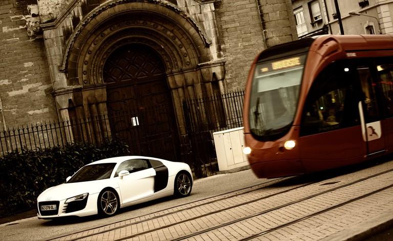 Audi R8 vs Le Mans tram Alessandro Prada / Flickr