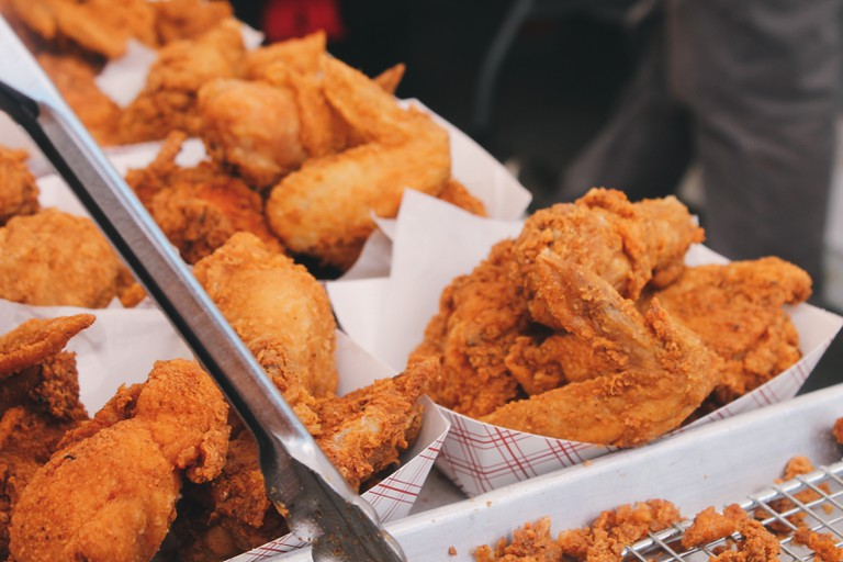 Breaded, fried chicken wings | © Brian Chan/Unsplash