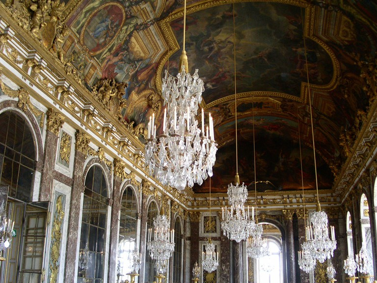 This golden hall in Teatro Colon was patterned after rooms like this one in Versaille | © Buggolo / Flickr