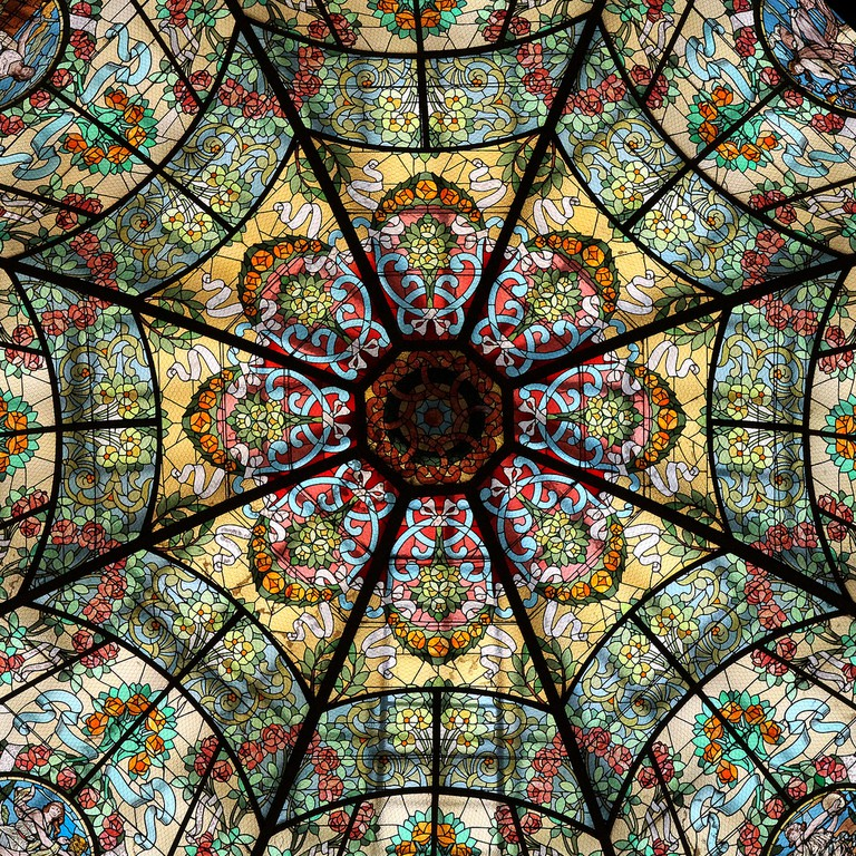 The stained glass skylight in the new theater is a close facsimilie of the original | © Juan Rafael Onetto / Flickr
