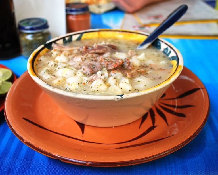 White pozole doesn't use red or green sauces | © Thelmadatter/WikiCommons