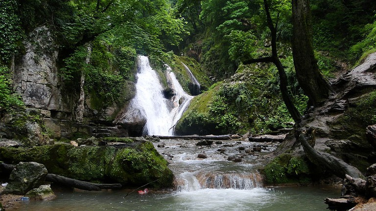 Loveh Waterfall near the town of Galikesh | © Arashk rp2 / Wikimedia Commons