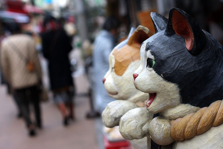 Wooden cats on display at Yanaka Ginza | yeowatzup/WikiCommons