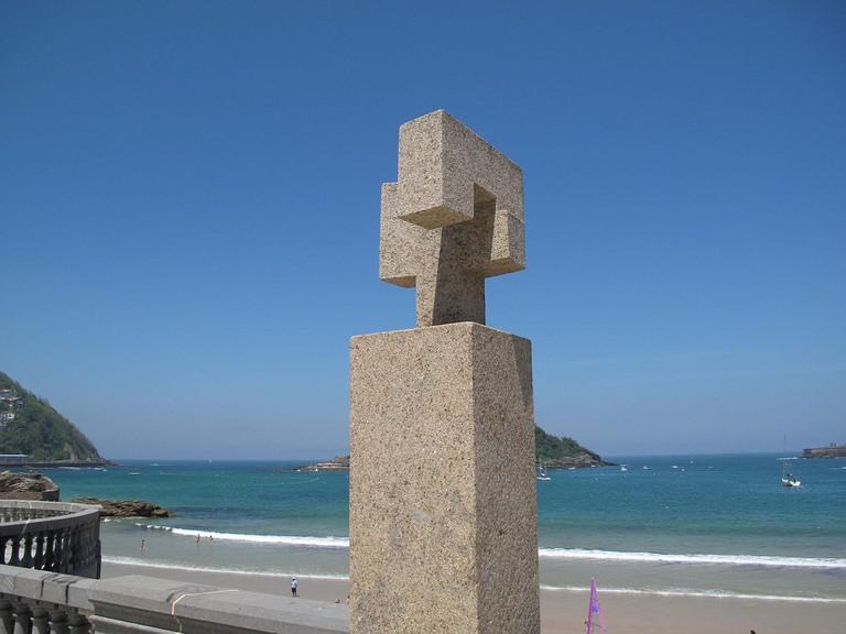 Homenaje a Fleming by Eduardo Chillida | ©Simoncio / Wikimedia Commons