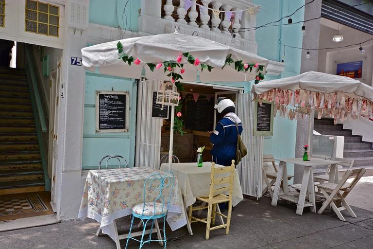 A quaint streetside café in Roma