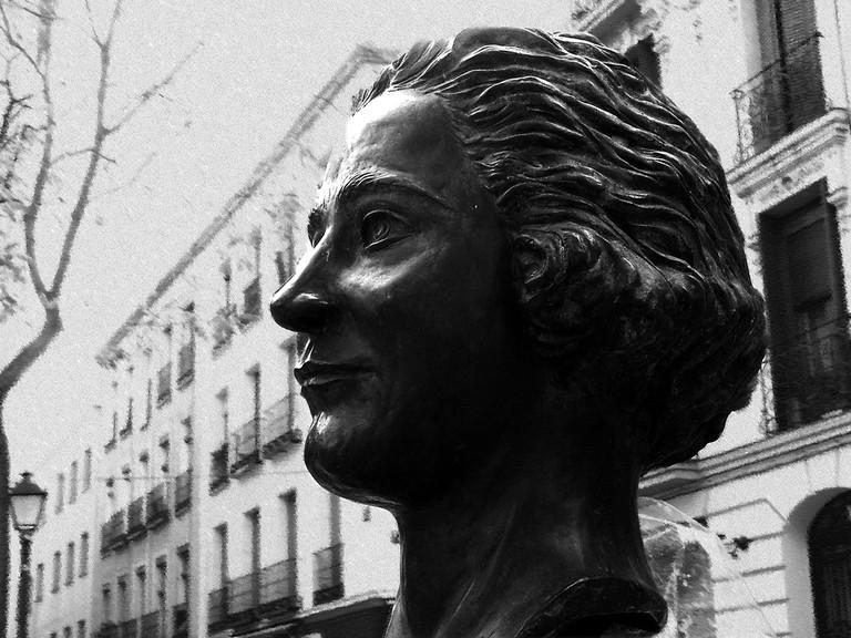 Astatue of Clara Campoamor