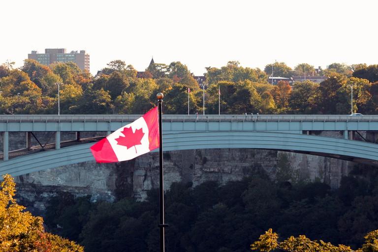 The Rainbow Bridge border crossing at Niagara Falls | © Prayitno / Flickr