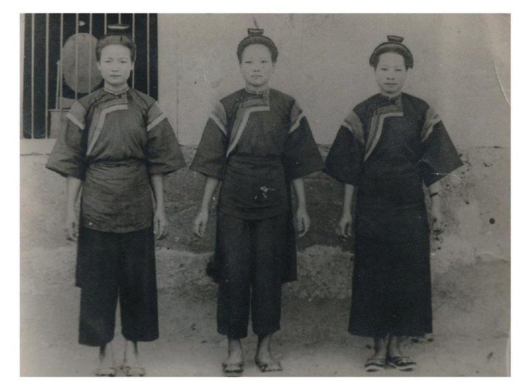 Hakka women in traditional clothing