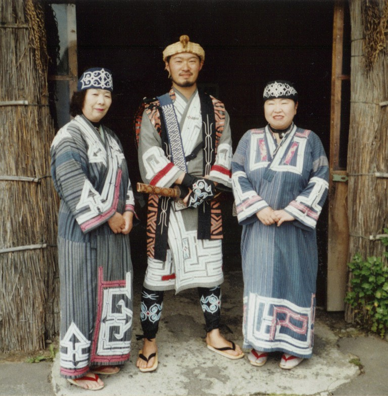 Ainu wearing traditional clothing | © Torbenbrinker/WIkiCommons