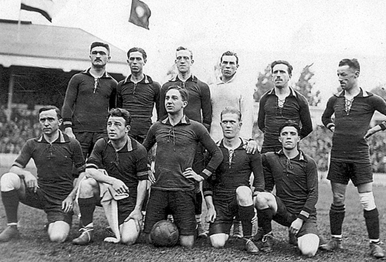 The Belgian soccer team in 1920, right before winning the finale at the Antwerp olympics | public domain
