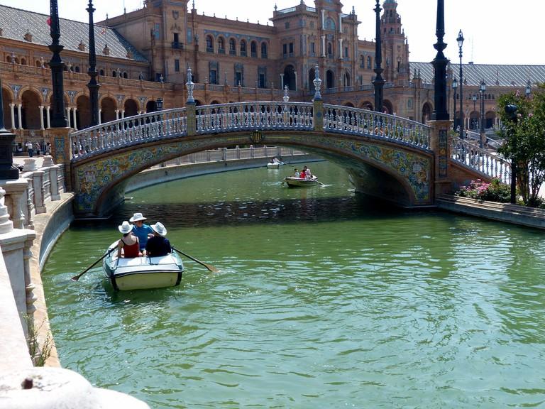 Boating on the moat, Plaza de España; pixabay