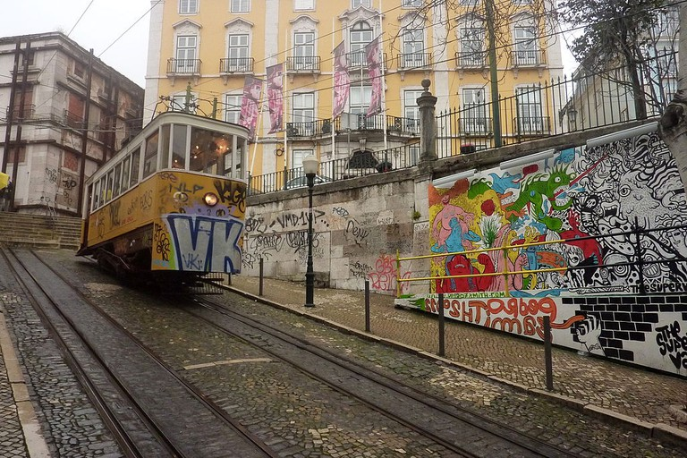 Art by the elevator tram © muffinn / Wikimedia Commons