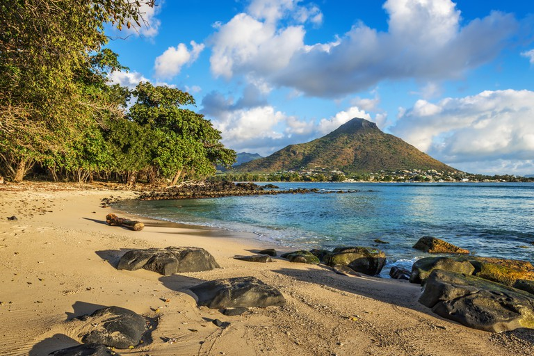 Rocky and sandy shore in Tamarin Bay, Wolmar, Flic en Flac, Mauritius Island, Indian Ocean | © Ppictures / Flickr