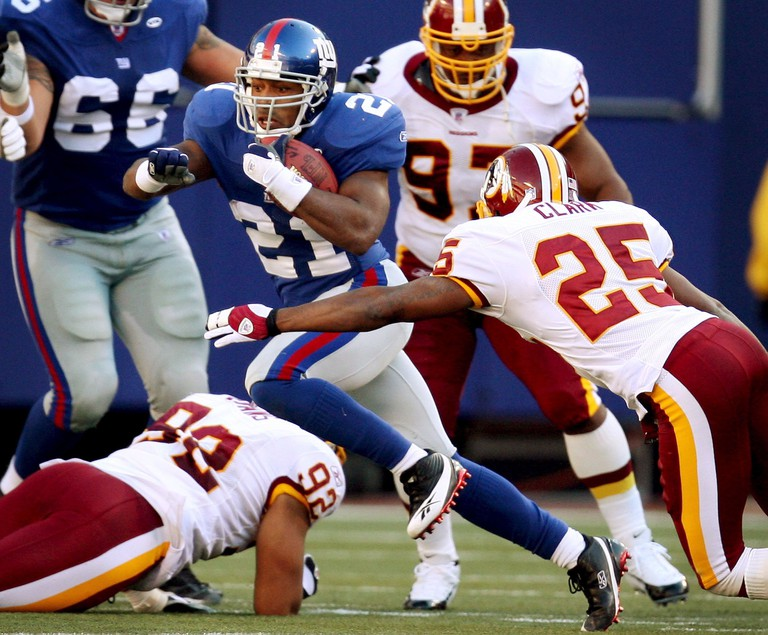 Tiki Barber (21) against the Washington Redskins in October 2005 | © Justin Lane/EPA/REX/Shutterstock