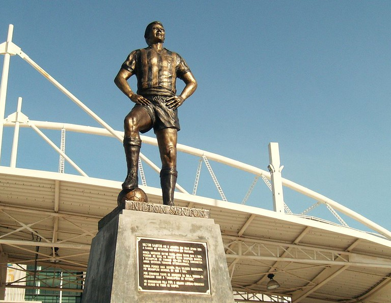 Statue of Nilson Santos outside the stadium  ©Martins, Tito/WikiCommons