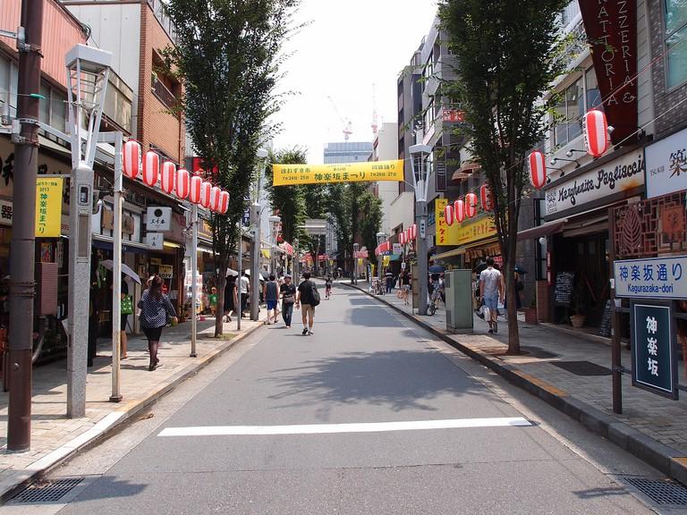 The main shopping street at Kagurazaka | © Guilhem Vellut/Flickr